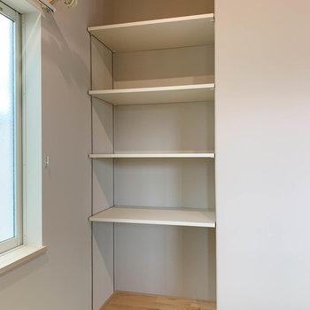 【リビング】棚には本を並べたりもできますね。