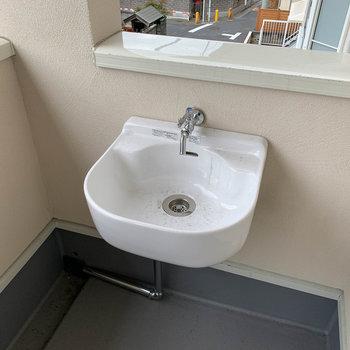 ベランダに水道が付いています。掃除や遊んだお子さんの手洗いに。