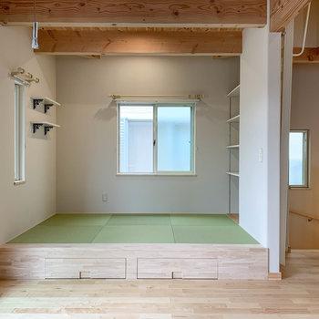 【リビング】琉球畳の小上がりスペース。サイドに棚もあります。