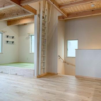 【リビング】畳スペースの右あたりに、1階への階段や屋根裏部屋への梯子があります。