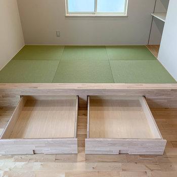 【リビング】畳の下に収納付き。