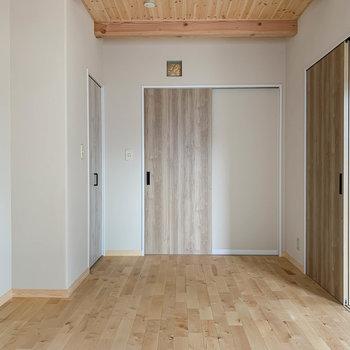 【洋室6.5帖】窓側から。引き戸の左にクローゼットがあります。
