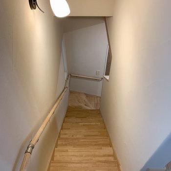 それでは階段を降りて、1階へ。