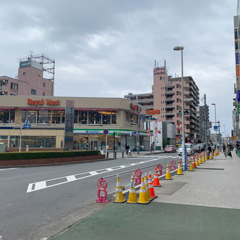 駅周辺には飲食店などが複数あります。ファミリー層の多い街です。