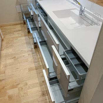 【キッチン】キッチン下の収納力。フライパンや鍋をたくさん収納できます。