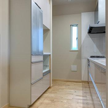 【キッチン】キッチン部分へ。造作の食器棚もあります。