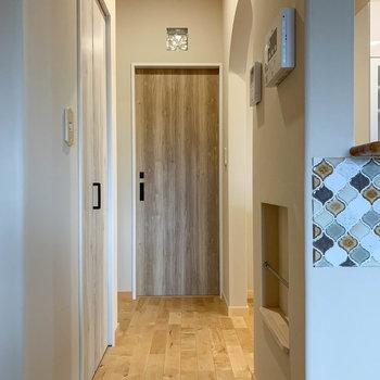 キッチン横の廊下沿いにお風呂やトイレ、収納庫があります。