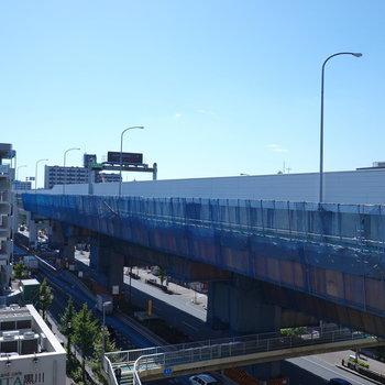 目の前は高速道路ですが、7階なので、青い空が広くて気持ち良い…!