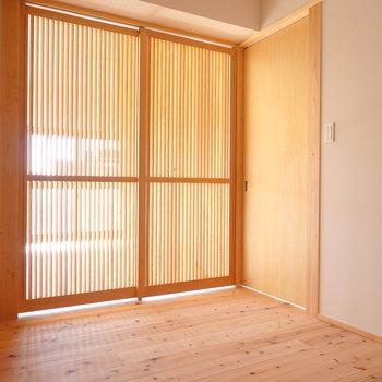 洋室の扉を閉めると、まるで京町家の中から外を眺めているよう。