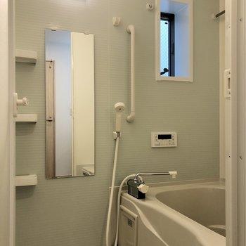 爽やかなカラーリングの浴室。