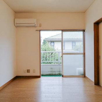 中央右手にある扉で和室と行き来できます。