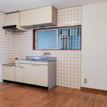 食事のできるテーブルと食器棚を用意して、ゆったり利用。