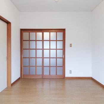 こちらは収納がないので、棚やソファなどを用意してのんびりしやすい空間に。