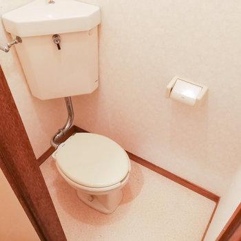 隣にトイレと