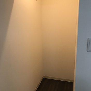 冷蔵庫を置くスペースも 間接照明でおしゃれ