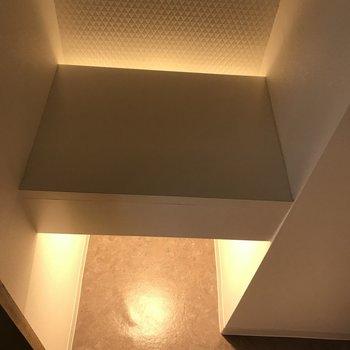 関節照明でおしゃれな空間 棚もあります
