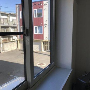 大きな窓付き インテリアを飾るのもアリだね
