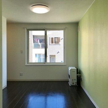 こちらは6.6帖の洋室 パステルグリーンで明るいお部屋