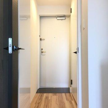 玄関もキレイです。床はフラットなのでつまずく心配もないね。(※写真は4階反転間取り別部屋のものです)
