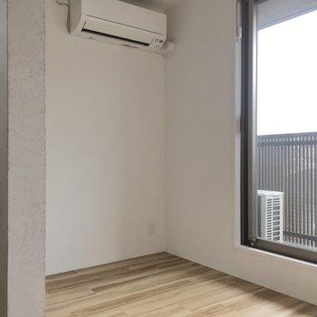 日当たり良好な洋室です。(※写真は4階反転間取り別部屋のものです)