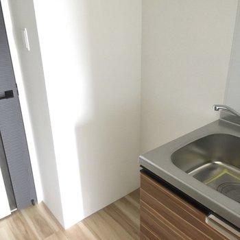 キッチン横に冷蔵庫置けそうだ。2ドアのものは余裕で入りますよ。(※写真は4階反転間取り別部屋のものです)