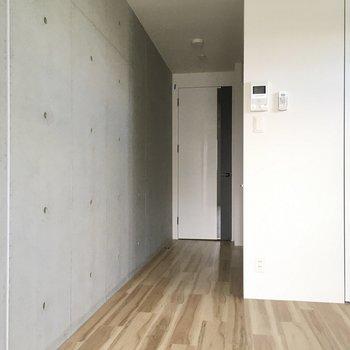 玄関からの廊下もすっきりかっこいい。(※写真は4階反転間取り別部屋のものです)