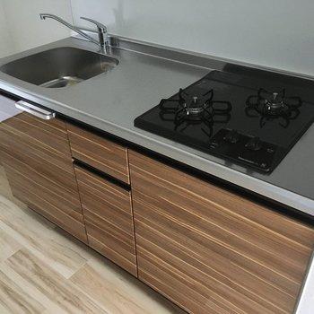 キッチンは2口。作業スペースもあるのでお料理も捗ります。(※写真は4階反転間取り別部屋のものです)