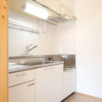 ホワイトのシンプルなキッチン。DIYでパネルをカッコいい黒にしたい。