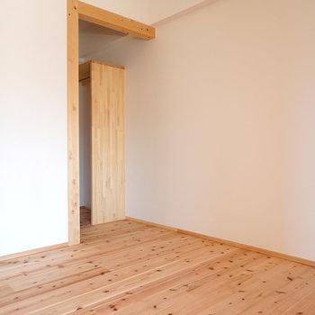 もちろん洋室も無垢床。奥にはウォークインクローゼット。