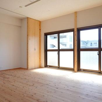 お部屋に入るとまず目に飛び込むのは、気持ちの良い杉材の無垢床。