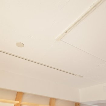 塗り壁調の天井も素敵。ライティングレールで照明も自由自在!
