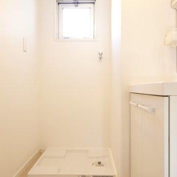 脱衣所入って正面に洗濯機置き場。窓があって換気がしやすいんです。