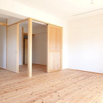 LDの角には洋室。扉まで木材で統一感があります。