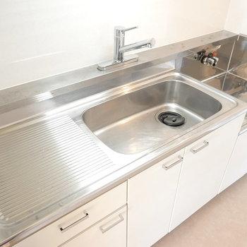 ステンレスなのでお掃除楽々!コンロはお部屋に合わせたデザインのモノを持ち込みましょう。
