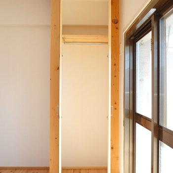 リビング収納はコート掛けに。扉や柱も無垢材なんです!