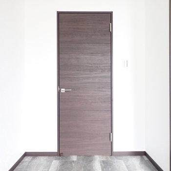 さて、洋室に扉がありますぞ...