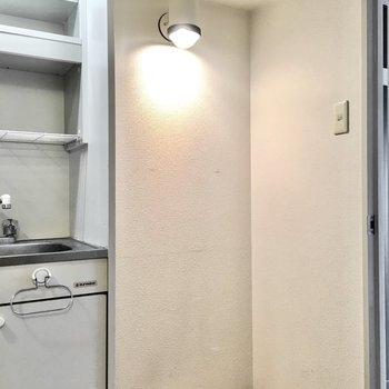 キッチン横には天袋付きのスペースもあります。