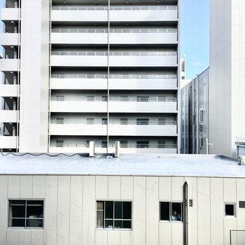 周辺はビルやマンションが密集しています。