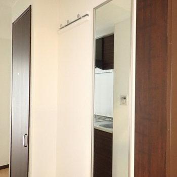 鏡と、フックが玄関にあります。