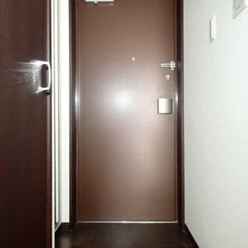 玄関は広いですね。※写真は通電前のものです。