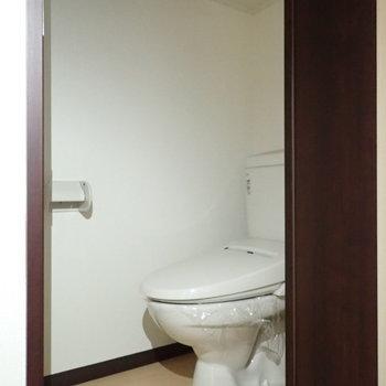 トイレにも棚があります。※写真は通電前のものです。