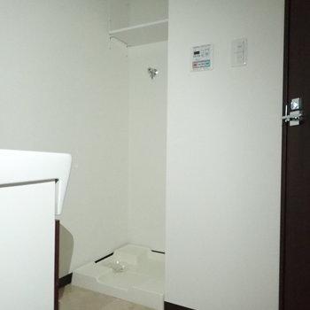 その後ろに洗濯機。上に棚があっていいですね。※写真は通電前のものです。