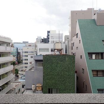 前2つの緑の建物がおもしろいです。