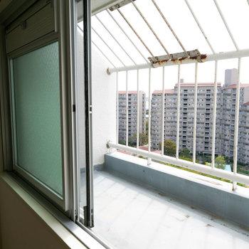 窓の外はちょっとした鉢植えなんかを置くと良さそうです。※写真は同間取りの別部屋です