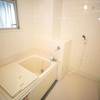 お風呂には、お、窓がついてますよ!※写真は同間取りの別部屋です