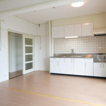 家具がないとこんなイメージです。建具やキッチンもシンプルで、いい感じ。※写真は同間取りの別部屋です