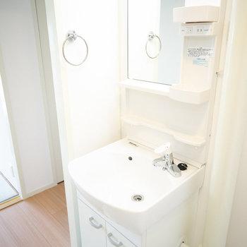 洗面台、ピカピカですね。※写真は同間取りの別部屋です
