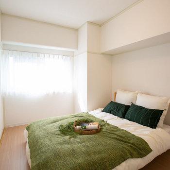 こちらはベッドルーム。このお部屋にも窓がついていますよ!※写真は同間取りのモデルルームです