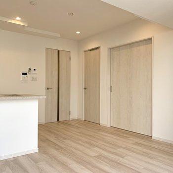 【LDK】右の扉から、洋室1、洋室2、玄関フロアです。