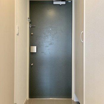 玄関は、右側にシューズラックを抱えています。